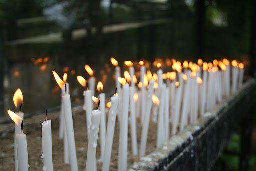 белые свечи в домике Девы Марии