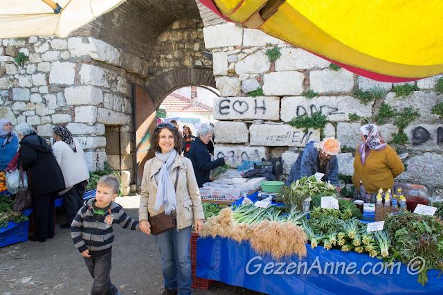 Kale içindeki Sığacık pazarında dolaşırken, Seferihisar İzmir