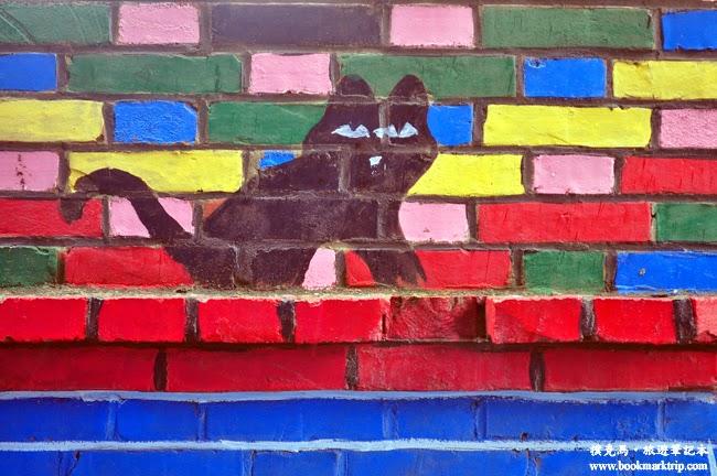 福寶乳牛彩繪村窗上躲著一隻黑貓