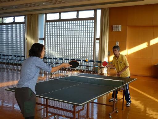 清水久美子氏と卓球をする信治さん