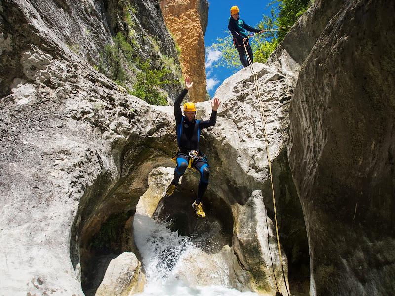 El Pep saltant per sobre d'un pont de roca natural
