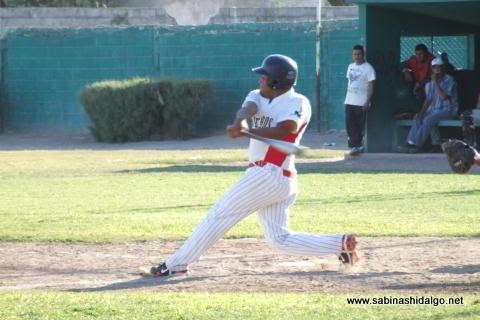 Bernabé Solís bateando por Mineros de Vallecillo en el beisbol municipal