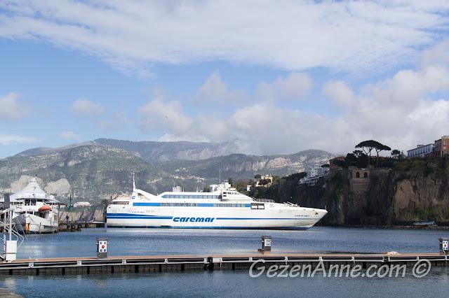 Sorrento limanındaki feribot, İtalya