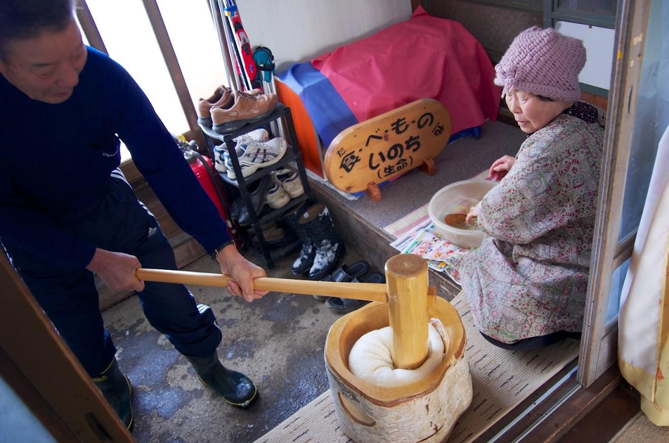 黄倉良二さん(74歳)の力強い餅つき