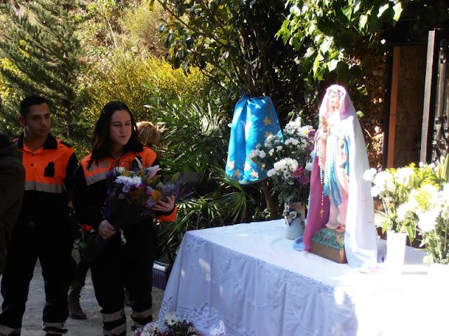 Voluntarios haciendo la Ofrenda Floral