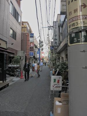 新橋駅近くにある狭い通にある飲み屋街