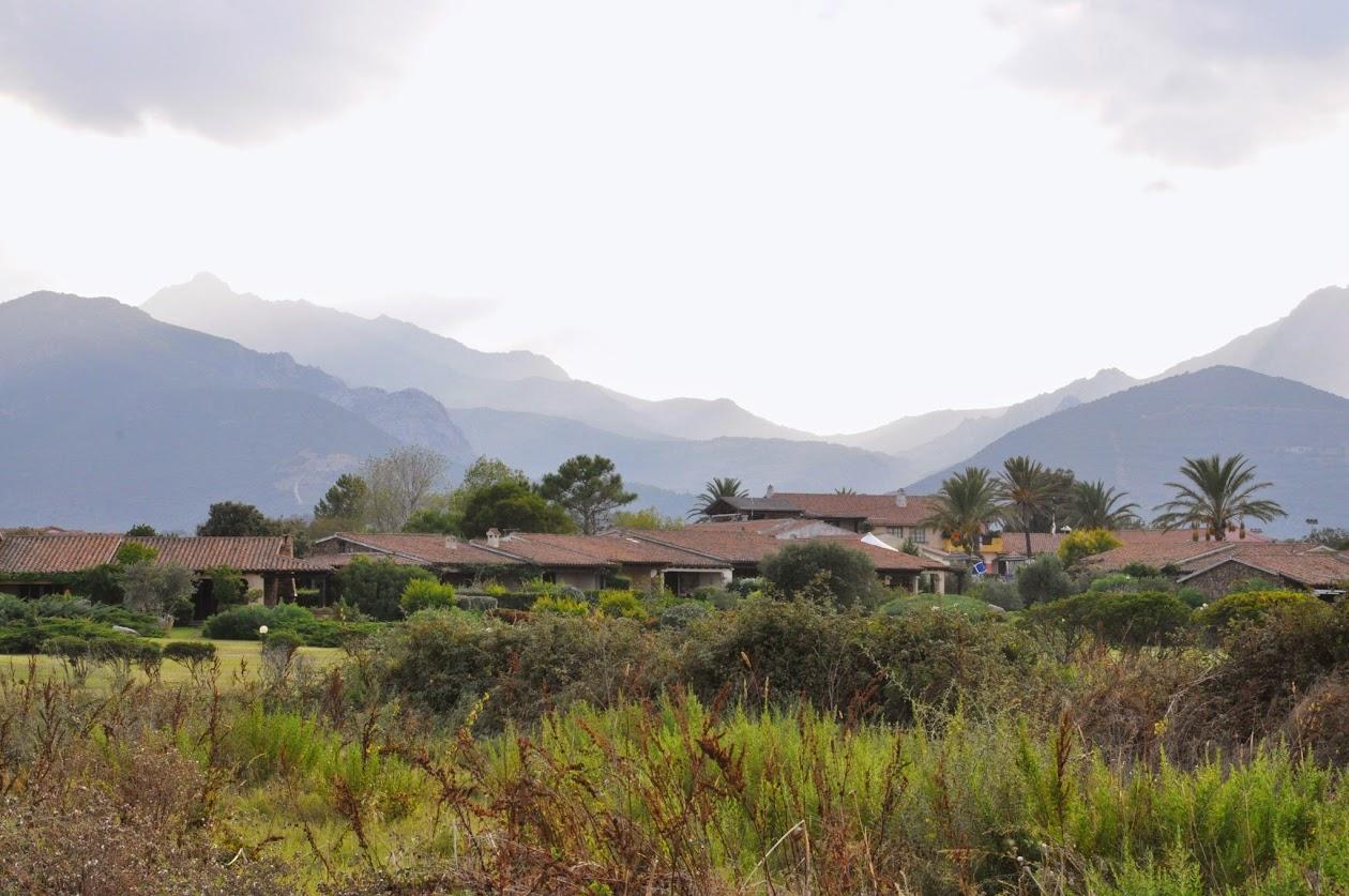 Домики отельной зоны Лиша Эльди (Liscia Eldi) на фоне гор