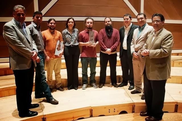 Representantes de la Fundación Seguros Caracas y de la Fundación Musical Simón Bolívar junto a los ganadores