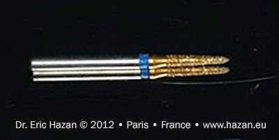 Une des fraises utilisées pour la préparation d'une couronne sur une molaire. Docteur Eric Hazan, chirurgien-dentiste / dental surgeon, Paris 16, France