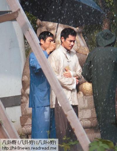 淋雨 <br><br>鄭嘉穎用手 㩒住件衫,唔想整濕唔連戲。收人哋三十萬拍一集,服務態度都唔同啲。
