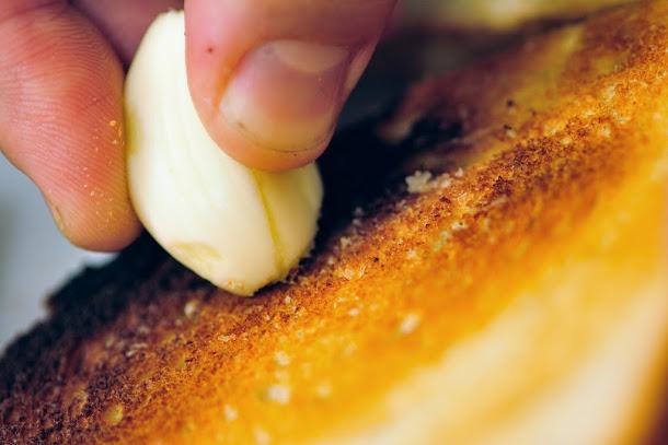 Razvan Anton bruschete paine prajita usturoi