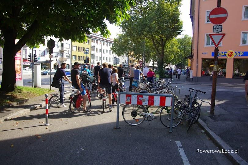Jedna z uliczek zablokowana w taki sposób, aby korzystały z niej tylko rowery. Dalej skrzyżowanie więc są i znaki (górny prawy róg).