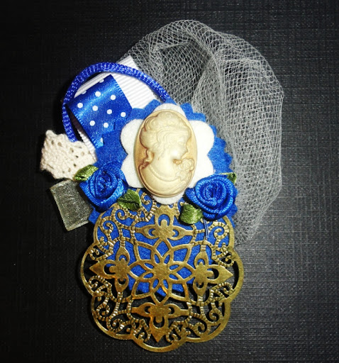 Cameo brooch with flowers and filigrees / Broche Camafeo con florecillas y filigrana from brochelia.com