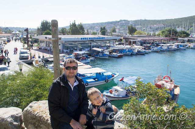 Sığacık kalesi üstünde limana karşı otururken, Seferihisar