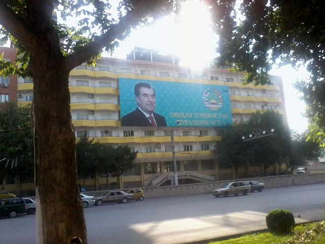 Президентский баннер на жилом доме в центре Худжанда