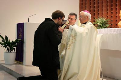 El Sr. Obispo preside la entrega de la Biblia