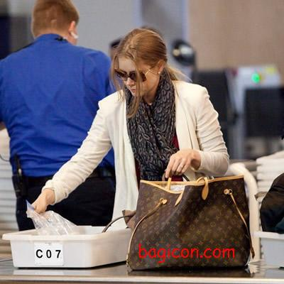 louis vuitton neverfull celebrity. amy adams prepares to depart lax with a louis vuitton monogram canvas neverfull gm and wearing stephen sprouse leopard stole. celebrity