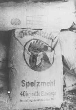 Դեմբլինի ռազմագերի-ների ճամբարում հայտնաբերված փայտալյուրի պարկ, որից «թխվում էր» հացին փոխարինող «փայտե» հաց: