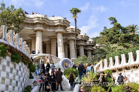 Park Güell'de ejderha heykelinin olduğu ünlü merdivenler, Barselona