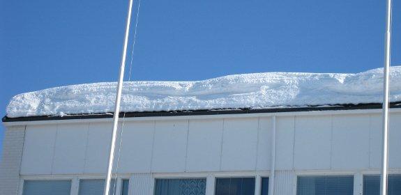 Platte daken pakken veel sneeuw