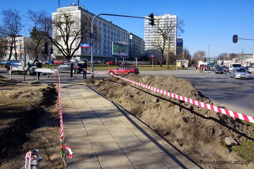 Tymczasowy (równy!) chodnik, aby umożliwić pieszym przechodzenie.