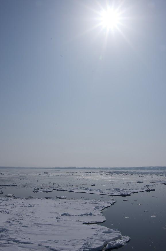 陽の光を燦燦と浴びる流氷