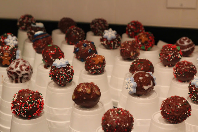 Christmas cake pops drying