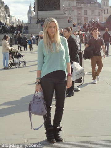 Calça de couro, malha azul pastel, tênis Willow Isabel Marant, bolsa Balenciaga Mini Pompom