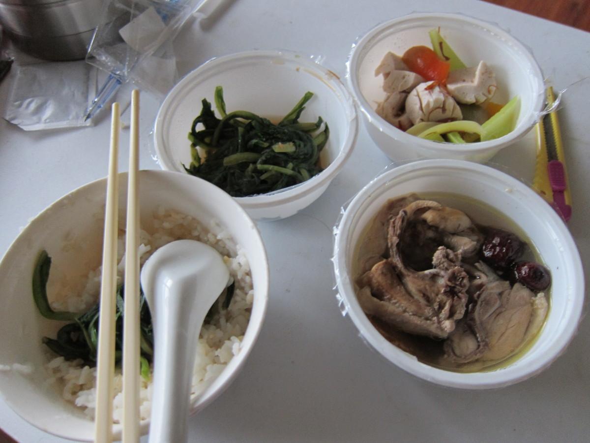 糙米飯、XO 醬拌彩椒腰花、菠菜、大棗燉雞塊