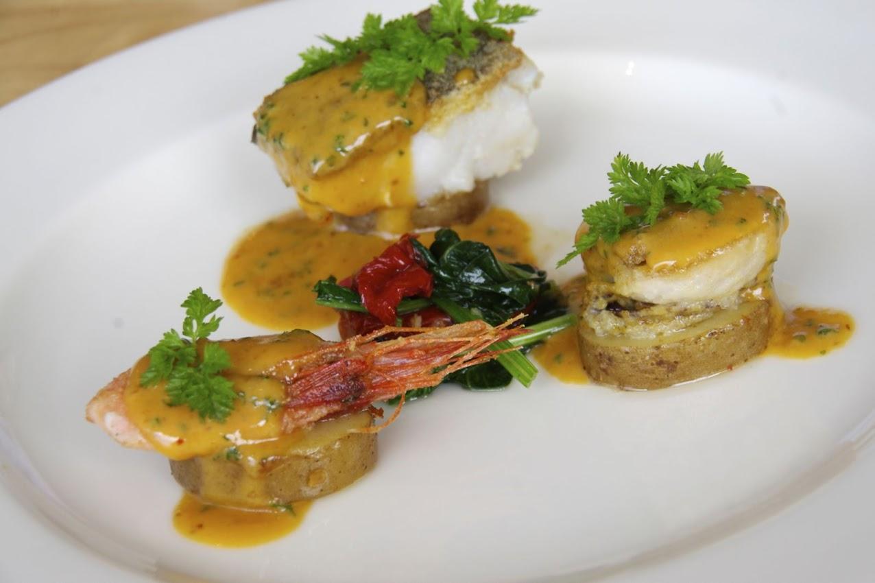 お魚のメイン料理「根室産真ダラと噴火湾産ホタテのボワレ 唐辛子バターソース」