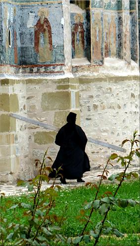 Monja llamando para la oración  (Mănăstirea Suceviţa)