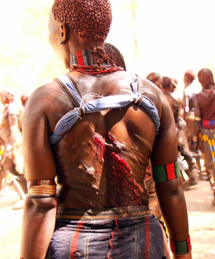 Bull Jumping.Vyru isventinimo ceremonija Pietu Etiopijoje.