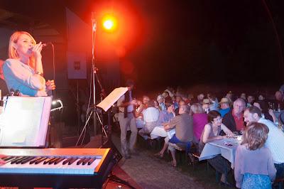 Im mit Fackeln illuminierten Garten der Frick-Mühle unterhielt die Jazzband von Wolfgang Minarik mit unaufdringlichen Melodien.