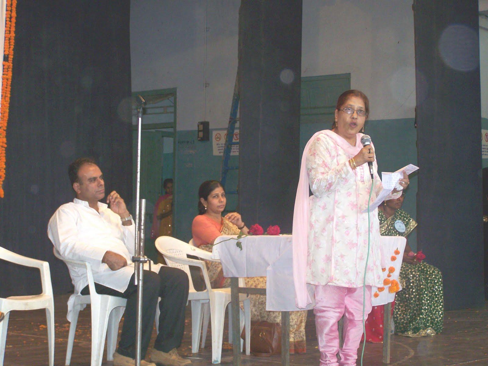 nar aur nari ek saman Kanak saman kalevar,  aur bajat damru    jai ambe gauri     sevat nar nari    jai ambe gauri    kanchan thal virajat, agaru kapur bati.