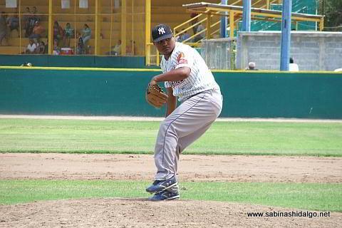 Julio Treviño lanzando por Tiburones en el beisbol municipal