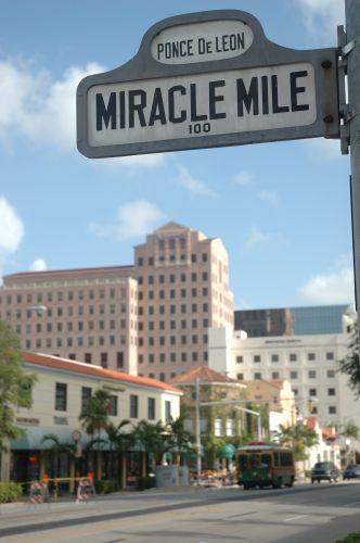 72e0bcbe2 MIRACLE MILE é uma rua que fica no centro da região de CORAL GABLES em MIAMI,  que possui 1 milha de extensão (1,6 Km), cheia de lojas e restaurantes.