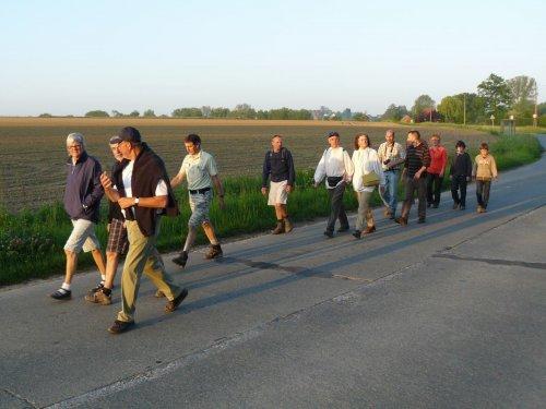 Een schoon ploegje van 14 mensen stapt in de vroege ochtend naar Halle...