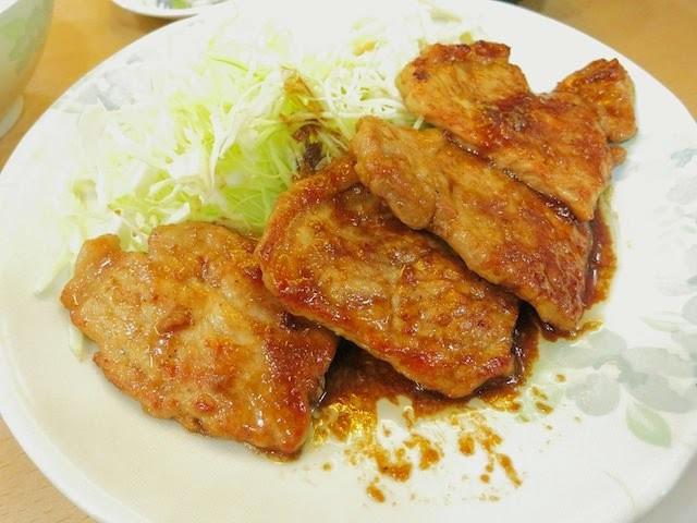 一枚肉を生姜焼き味で絡めた一品、ポークジンジャー定食