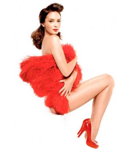 Emily Blunt, desnuda de rojo