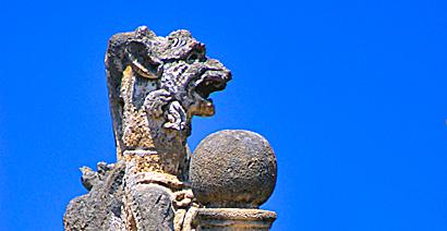 Sizilien - Groteske Figur auf einer Mauer der Villa Palagonia in Bagheria.