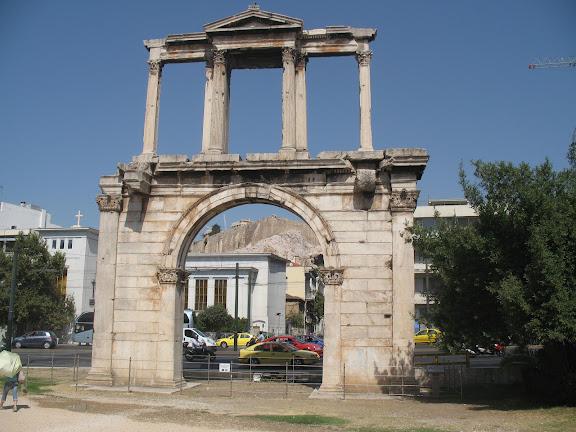 Puerta de Adriano con la Acrópolis al fondo