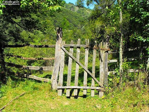 poarta către sat pe care doar turiștii o mai deschid și închid la loc într-un ritual neimpus de nimeni...