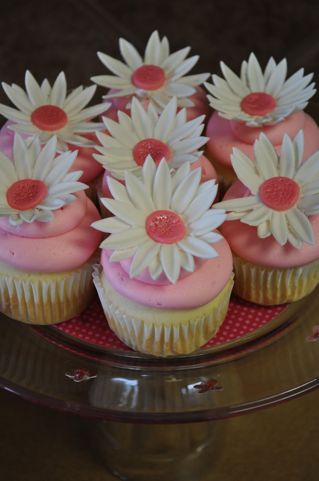 Morgans Cakes Spring Cupcakes With Fondant Daisy Flowers