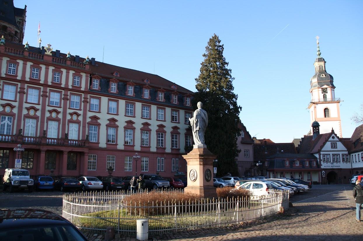 Marktplatz mit Schloss und Kirche