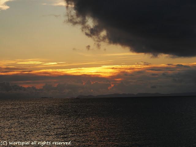 海と夕焼け(と、雨雲さん)