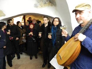 Přemysl Vacek na loutnu s Pavlou Štěpničkovou a Ivo Michlem uvedli výstavu středověkou hudbou