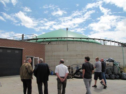 De vergister: onder het groene zeil zit een grote bel biogas.