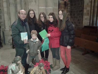 Entrega de una novela histórica al párroco como regalo de Reyes