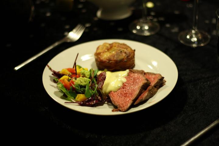 Hovedret: Helstegt oksemørbrad med mini Pommes Anna, salat og hjemmelavet bearnaise