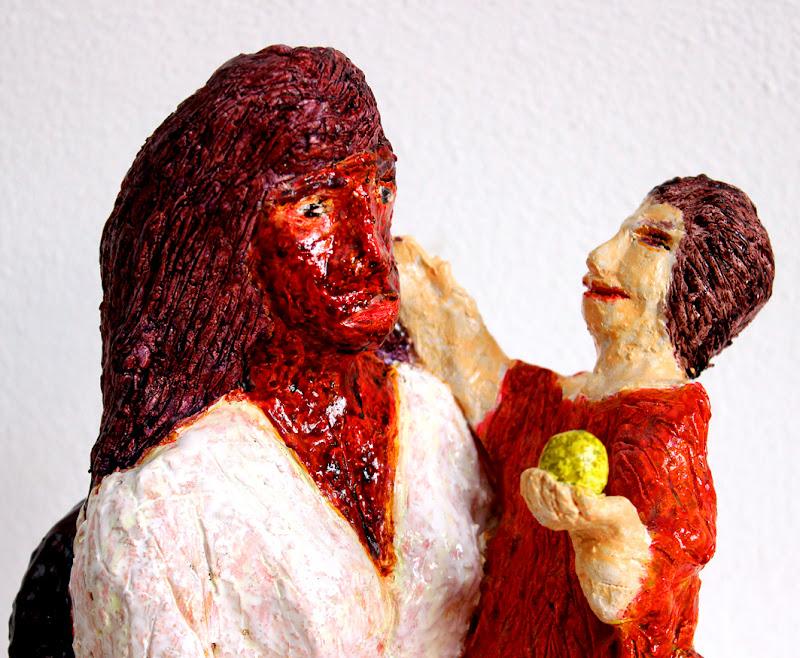 detail 0 of mare de déu amb el nen sostenint una poma